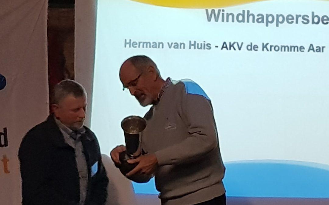 Herman van Huis ontvangt Windhappersbeker